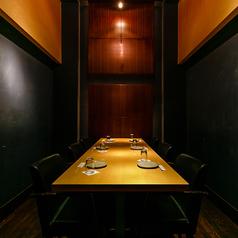 扉付きテーブルタイプの完全個室です。カジュアルな接待や社内懇親会、各種ご宴会や飲み会など幹事様安心の完全個室です。周りを気にせずにお食事をお楽しみいただける完全個室席となっております。人気のお席tなりますので、お早めにお問合せください。