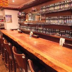 ずらっとお酒が並ぶカウンターは夜はバーのような雰囲気に。