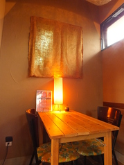 入口からは見えない位置にある、お店奥の2人用テーブル席。夜はロマンチックな雰囲気♪