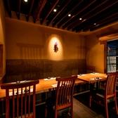 江戸時代の面影が色濃く残る街「神楽坂」。石畳みの小道を抜けると、多くの料亭などが混在している古き良き大人の街「神楽坂」。無垢材を使用したテーブル席は、ゆったり広々とした寛ぎの空間となっております。接待や同窓会など様々なシーンにご活用頂けます。和食と日本酒・ワインのマリアージュをご堪能下さい