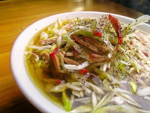 極細の自家製麺と丸鶏をじっくり煮込んだ、極上スープをベースにした中華そばを堪能。