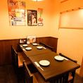 【テーブル:6名席(1卓)】店内右側に位置する当店唯一のテーブル席。木の質感が温もりを感じる当店はコースも充実しているお食事処。常連様やサラリーマン・OLの方々のご利用が多いお席です。季節の素材を味わいながら、会話に華を咲かせてみては。