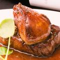 料理メニュー写真和牛赤身とフォアグラのロッシーニ トリュフ香るマデラソースで