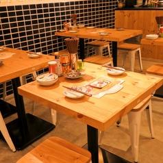 2名テーブル×2席!会社の上司や後輩と、または恋人とのデートにもご利用いただけます。どんな相手とでも気軽に立ち寄れる雰囲気の居酒屋です。