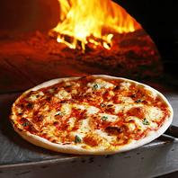 本格薪窯の高温と毎日手仕込みのピザ生地だから旨い!