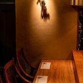 江戸時代の面影が色濃く残る街「神楽坂」。石畳みの小道を抜けると、多くの料亭などが混在している古き良き大人の街「神楽坂」。無垢材を使用したカウンター席では、目の前で調理光景を見ながら舌鼓みができる、大人のデートなどに最適な空間となっております。和食と日本酒・ワインのマリアージュをご堪能下さい。