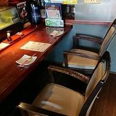 見えづらいですが、アクリル板をカウンター席に設置しました。お隣様を気にすることなく、過ごして下さい。