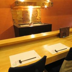 いろりが見える特別席。料理人がいろりを使って旬魚やブランド肉に腕をふるう様子が見られます。大人のデートや、贅沢をしたいときにおすすめです。