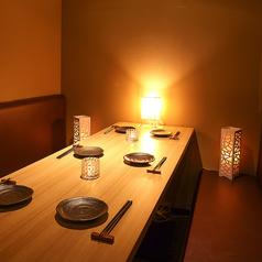 ◆ 1名様~6名様少人数向けカウンター席 ◆少人数向けの個室はやさしい照明で落ち着けるお席となっております。プライベート空間で上質なひとときをお過ごしください。飲み会やデートなど多様なシーンにご利用頂けます。