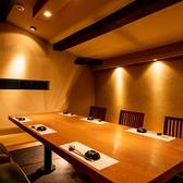 掘り炬燵座敷タイプの個室空間は、お子様連れでも安心の広々とした空間となっております。4名様から最大8名様までご利用頂けます。ご家族でのご会食に是非ご活用下さいませ。また、個室席の他にも料理人の調理作業を目の前で楽しめる臨場感のあるカウンター席や、落ち着いた雰囲気のテーブル席などご用意しております。
