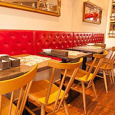 赤いイスが目を引く店内。快適な雰囲気の中、当店こだわりの海老料理をお楽しみ下さい!!