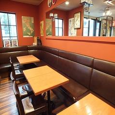 4名様テーブルを6卓ご用意しております。宴会や結婚式の2次会など、シーンに合わせてご利用ください★