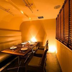 【広々個室】少人数様から、団体様までご利用可能な個室席ご用意しております。宴会や同窓会など大切な方たちとのお集まりにピッタリの空間となっております。