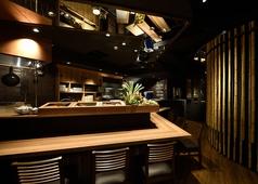 【1Fすみたけ】オープンキッチンのカウンター席。職人の技をライブで楽しめます。