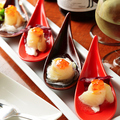 料理メニュー写真真鯛とイクラのカルパッチョ 梅オリーブ/炙りサーモンのカルパッチョ