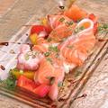 料理メニュー写真自家製スモークサーモン 菜園仕立て