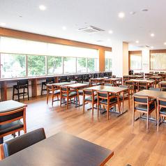 大きな窓から景色を眺めながら、お食事をお楽しみいただけるお席もご用意しております。