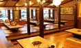 木と土と石をテーマに、ぬくもりが感じられる広々とした空間にこだわりました。長野県の木材や古材を多く利用し、テーブルの天板や座敷の床は赤松、お座敷の小上りの床は落葉松。食材と同じく、建材も「地産地消」をポリシーに、シックハウス症候群の原因となるアレルギー物質を排除した体に優しい造りになっています。