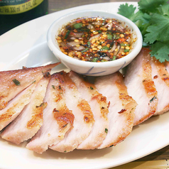 料理メニュー写真豚トロ肉のグリル:コームーヤーン(Pork Neck)