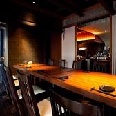 【テーブル席団体10~14名様】こんな所にも個室がある?唯一のテーブル個室はBARスペースの裏にございます。10~14名様向けの個室になります。隠れ家的なお部屋では、いつもの宴会より話が弾み盛り上がること間違いなし。