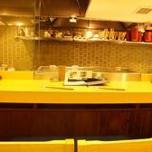 調理の臨場感も楽しめるカウンター席