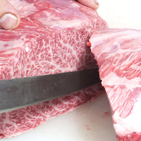 店主が切り分けるお肉