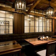 アンティークモダンな空間でまとまったこちらのテーブル席は4名様までご着席頂けるお席となっております。観劇帰りのお食事にも◎