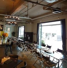 広々したメインダイニングフロア★カフェ使いにも◎窓もオープンにして開放感抜群です。