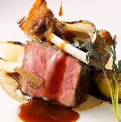 料理メニュー写真天然蝦夷鹿の炭火ロースト、ブラックベリー、赤ワイン