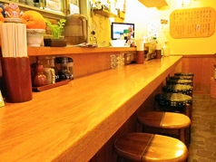 店内はカウンター席のみ!一人で夕ご飯を食べたいとき、軽く飲みたい時の利用にもピッタリ!!