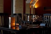 店内はすべて広めのテーブル席をご用意しております。席から見える夕焼けは絶景。記念日など特別な日におすすめです。