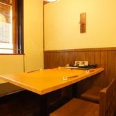 落ち着いた照明が心地よいテーブル席