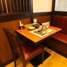 2人用のテーブルのお席もございます!落ち着いた空間でゆっくりとお食事をお楽しみください!