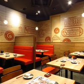 開放的な空間のテーブル席。気を使わない空間に◎オシャレなテーブル席は赤色の椅子が特徴的!