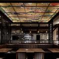 天井には圧倒される繊細に描かれた室町時代の浮世絵。海外から来たお客様にも日本の文化を感じつつお食事をお楽しみ頂けます。