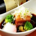 料理メニュー写真ピリ辛豚バラ角煮 温玉のせ