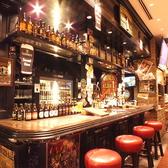 【イギリスカウンター】重厚なイメージに仕上げたイギリスカウンターは、シックで大人のバーを再現♪ギネスはもちろん、現地で人気の樽生ブリティッシュビールがお楽しみいただけます!