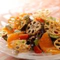 料理メニュー写真季節のフルーツと素揚げレンコン ゴルゴンゾーラのサラダ