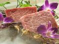 全国の有名シェフやこだわり料理人の方々が口を揃えて評される柔らかな肉質。とろけるような食感、芳醇な香りと繊細な肉の甘み、旨味がギュッと凝縮された豊かな味わいが当店が厳選した黒毛和牛の特徴です。旨味の元である良質なアミノ酸と不飽和脂肪酸が多いことで生まれる柔らかな食感と黒毛和牛特有の香りが違います。