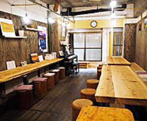木のぬくもりが温かい店内で身体に優しい食材を使った料理やスィーツをお楽しみ下さい