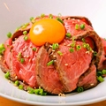 料理メニュー写真毎日17時に焼き上がる和牛の自家製ローストビーフ丼