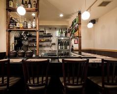 美味しいお料理とお酒をカウンターでお楽しみください。