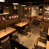 ボトルがオシャレな店内は男女問わず、気取らずラフに肉とお酒を満喫できる空間です。
