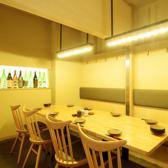 店内奥にある、片側ソファーのこちらの個室は最大8名様までご利用可能です。上から仕切りを下ろして4名様個室を2部屋ご用意する事も可能です。各種ご宴会は勿論、記念日などの特別なシーンにも相応しい落ち着いた空間です。伊勢湾の恵みや三重の野菜、風味豊かな三重の地酒と供に、時を忘れてごゆっくりとお過ごし下さい。