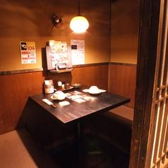 2名様テーブル個室は、ゆったり広々ご利用頂けます。同僚とのチョイ飲み、友人とのさし飲み、ゆったりデート。さまざまなシーンにご利用いただけます!