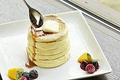 料理メニュー写真シダテールのメイプルシロップとカルピスバターのプレーンパンケーキ