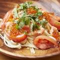 料理メニュー写真スモークサーモン・フレッシュトマトの冷製リングイネ いくらのせ