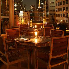 デートなどでご利用頂ける開放感のあるテラス席がございます。暖かな照明で雰囲気の良いお席で大切な人と大切な時間をお過ごしくださいませ。
