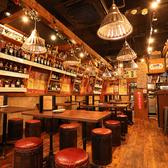 ★オープンスペースのメインフロア★2~40名様まで自由に席を組み替えてご利用いただけます。酒屋さんの様にワインの棚があり、お好きなワインを探しながら幸せなひと時を。