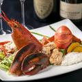 料理メニュー写真まるごと一匹使ったオマール海老のロースト